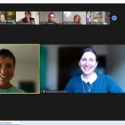 Screenshot der Abschiedsrunde mit Grüßen im Chat und den beiden Moderatorinnen Silke Schmidt und Karina Hagemann