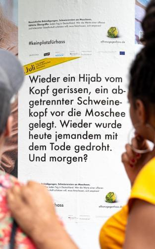 Heute wieder Plakat: Wieder ein Hijab vom Kopf gerissen, ein abgetrennter Schweinekopf vor die Moschee gelegt. Wieder wurde heute jemand mit dem Tode gedroht. Und morgen?