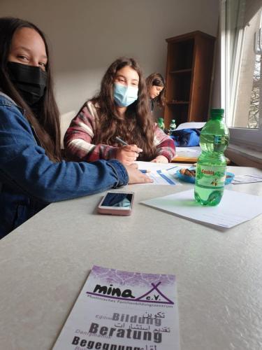 Drei Mädchen beim Erarbeiten von Inhalten